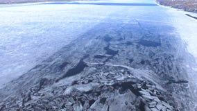 4K Vuelo aéreo sobre un río congelado con hielo metrajes