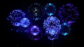 4K vuurwerkachtergrond kleurrijke fireckrackers bij vakantienacht Versie 12 stock footage