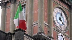 4K Włoszczyzny chorągwiany falowanie w wiatrze, lokalizować w piazza Dante, Naples