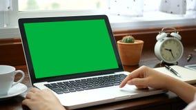 4K w górę kobiety pracuje w domu z notatnika laptopem, używać palec z klawiaturą i touchpad dla obruszenia zbiory