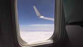 4K Weergeven door een vliegtuigvenster, vliegtuigvleugel boven de wolk, Hd ultra stock footage