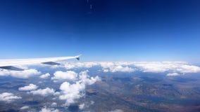 4K Weergeven door een vliegtuigvenster, vliegtuigvleugel boven de wolk, Hd ultra stock video