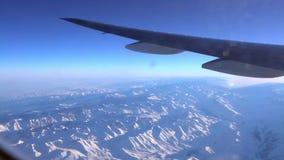 4K Weergeven door een vliegtuigvenster, vliegtuigvleugel boven de wolk, Hd ultra stock videobeelden