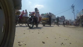 4K weg-vlakke lengte van verkeer in de Indische stad van Amritsar stock footage