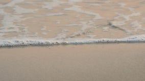 4K weiche Welle des Meeres, klares Wasser auf dem wei?en Sandstrand mit Kopienraumbereich Tropischer Sommerseestrand stock footage