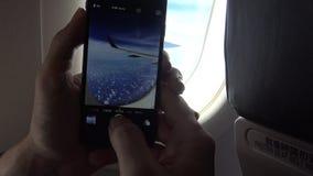4k Wewnętrzny samolot, pasażer na samolocie używa Smartphone bierze obrazek zdjęcie wideo