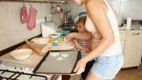 4k wideo śmieszna berbeć chłopiec z macierzystym kucharstwem na kuchni zbiory
