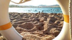 4k wideo życia oszczędzania boja pierścionek na piaskowatej plaży zdjęcie wideo