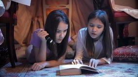 4k wideo dwa siostry kłama w domu robić koc i czytelnicza książka z pochodnią zbiory wideo