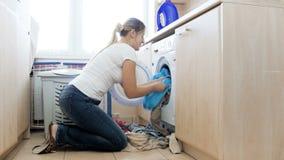 4k wideo stawia dużego stos brudny młoda gospodyni domowa odziewa w pralce zbiory