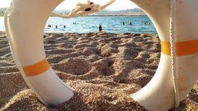 4k wideo wolno rusza się przez życia oszczędzania boja i seansów ludzi kamera relaksuje zabawę i ma w morzu zbiory