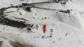 4k widok z lotu ptaka paragliding w śnieżnych górach Gruzja zbiory