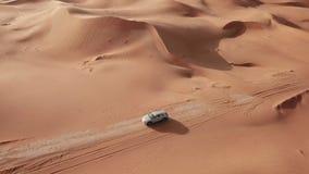 4K widok z lotu ptaka podąża nowego Tron w pustyni Abu dhabi U A e Elektryczny samochód w pustyni zdjęcie wideo