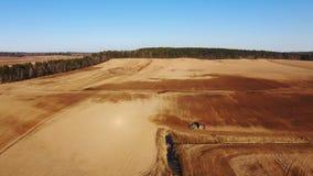 4K Widok z lotu ptaka rolnictwo proces: ciągnik orze obsiewanie i robi, sia rolnicze uprawy przy polem zbiory wideo