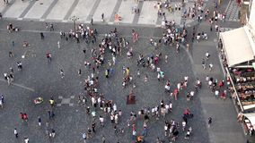 4K widok z lotu ptaka Ulica pełno ludzie Tury?ci w Starym miasteczku Praga zdjęcie wideo