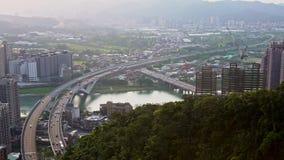 4K widoku z lotu ptaka autostrady most z ruchów drogowych samochodami i budowa żurawiem zbiory wideo