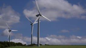 4K windturbines in de blauwe de hemelzomer van het landbouwersgebied dag het UK stock videobeelden