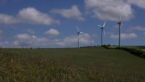 4K windturbines in de blauwe de hemelzomer van het landbouwersgebied dag het UK stock video
