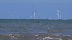 4K windturbines in de oceaan met golvenvoorgrond het UK stock videobeelden