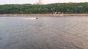 4K wodny rower żegluje na szerokiej rzece Zaporoski przed zmierzchem zbiory
