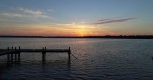 4K Wschód słońca doku i jeziora trutnia latanie Naprzód zbiory
