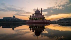 4K wschód słońca Filmowy zoom Za time lapse materiale filmowym Putra meczet przy wschód słońca zbiory