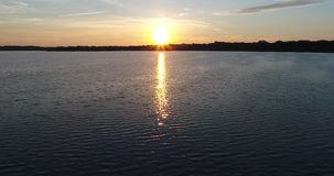 4K wschodu słońca trutnia Jeziornego latania Przedni post Wtedy Up zbiory