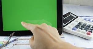 4k zakenman die aan tablet & hand het groene scherm van de vingeraanraking ipad werken stock footage