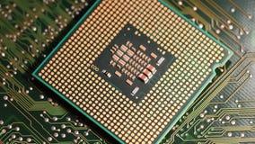 4K zakończenie jednostka centralna komputerowy procesor nad elektronicznego obwodu deską wiruje na dolly zdjęcie wideo