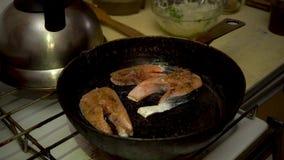 4k, zalm het koken, Rood gastronomisch Vissenlapje vlees; vers; voedsel; diner; dieet; zeevruchten; gezond stock video