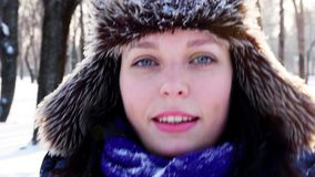 4K Zamykają w górę strzału błękit przyglądająca się dziewczyna rzuca up śnieżnego i uśmiechniętego zbiory