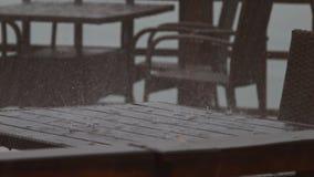 4K Zamykają w górę strzału jak deszcz krople spadają na drewnianym stole zdjęcie wideo