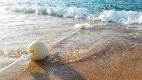 4k zbliżenia wideo unosić się pociesza na arkanie w spokojnego morza falach przy zmierzchu światłem zdjęcie wideo