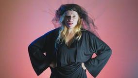4k, Zeitlupe, Halloween Frau im Kostüm einer schrecklichen Hexe, schwört, die Kamera betrachtend stock video