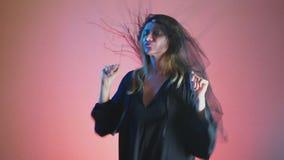 4k, Zeitlupe, Halloween Frau im Kostüm einer schrecklichen Hexe, schwört, die Kamera betrachtend stock footage