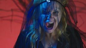 4k, Zeitlupe, Halloween Frau im Kostüm einer schrecklichen Hexe, schwört, die Kamera, Nahaufnahme betrachtend stock video