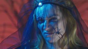 4k, Zeitlupe, Halloween Frau im Kostüm einer schrecklichen Hexe, schwört, die Kamera, Nahaufnahme betrachtend stock video footage