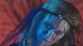 4k, Zeitlupe, Halloween Frau im Kostüm einer schrecklichen Hexe, schwört, die Kamera, Nahaufnahme betrachtend stock footage