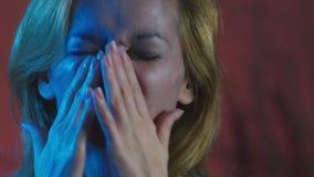 4k, Zeitlupe, Halloween Müde Frau im Kostüm einer schrecklichen Hexe, Löschen das Make-up von ihrem Gesicht mit ihr stock video