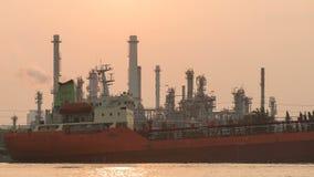 4K Zeitspanne das Schiff kommen die Erdölraffinerie stock video footage