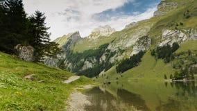 4k Zeitspanne des Überschreitens bewölkt sich über See von Seealpsee in der Schweiz stock footage