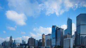 4K Zeitspanne des Bürogebäudes und Geschäft ragen in das Stadtzentrum hoch, welches die Wolken zeigt, die sich oben bewegen Panor stock video footage