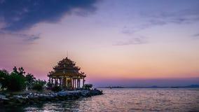 4K Zeitspanne des chinesischen Tempels (Guanyin) mit Dämmerungshimmel stock video