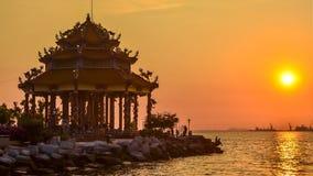 4K Zeitspanne des chinesischen Tempels (Guanyin) mit Sonnenunterganghimmel stock footage