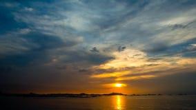 4K Zeitspanne-Sonnenunterganghimmel in Meer stock video