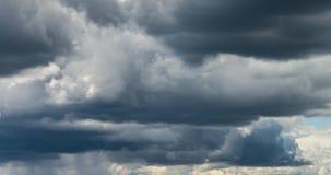 4k Zeitspanneclip einiger flaumiger gelockter rollender Wolkenschichten des Kumulus im windigen Wetter vor Regen stock video