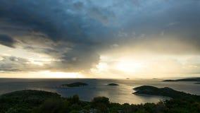 4k Zeitspannevideo von Kroatien-Natur und -landschaft am stürmischen Tag in adriatischem Meer in Dalmatien stock footage