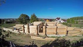 4K Zeitversehen Aufbau eines neuen hölzernen Hauses stock video footage