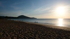 4K zmierzchu sylwetka tłum na plaży przy Phuket zbiory
