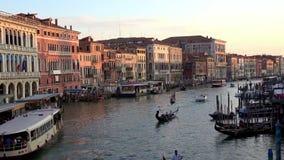 4K Zonsondergang op Grand Canal Venetië, kanaal met gondels, boten en vaporettos stock video